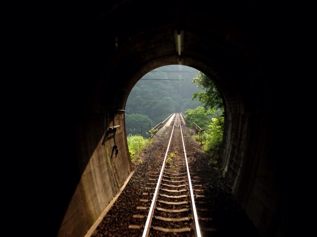 予土線の線路とトンネルと