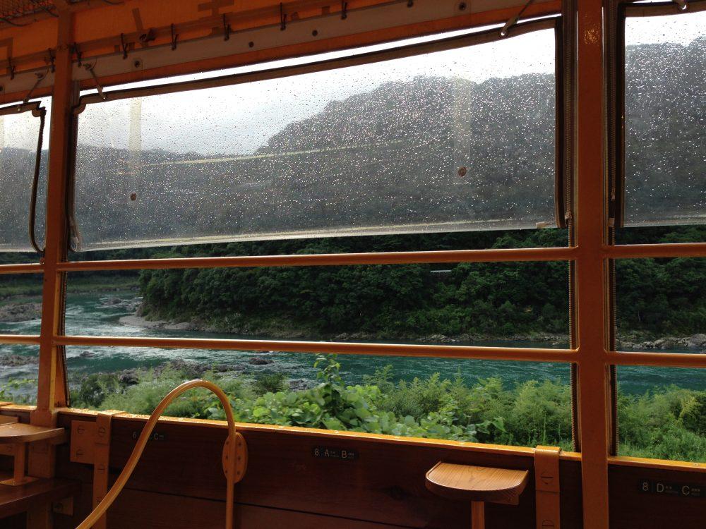 雨の日のしまんトロッコの車窓