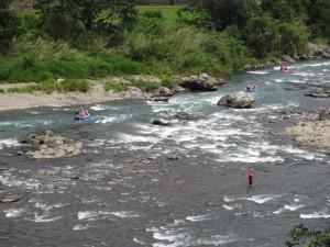 川を下るラフティング
