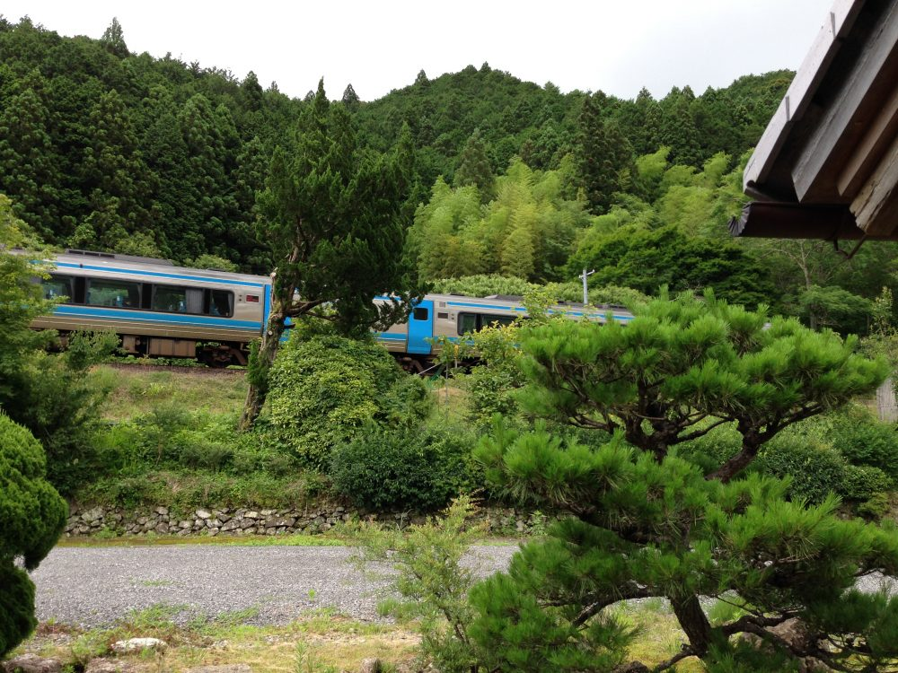 半平旅館の裏庭と列車