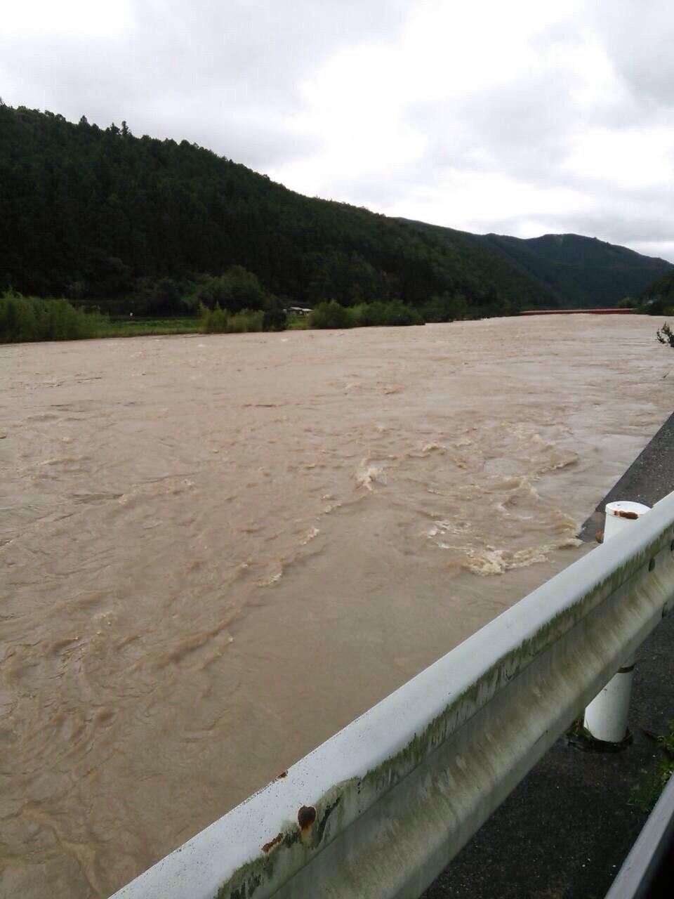 増水する危険な川