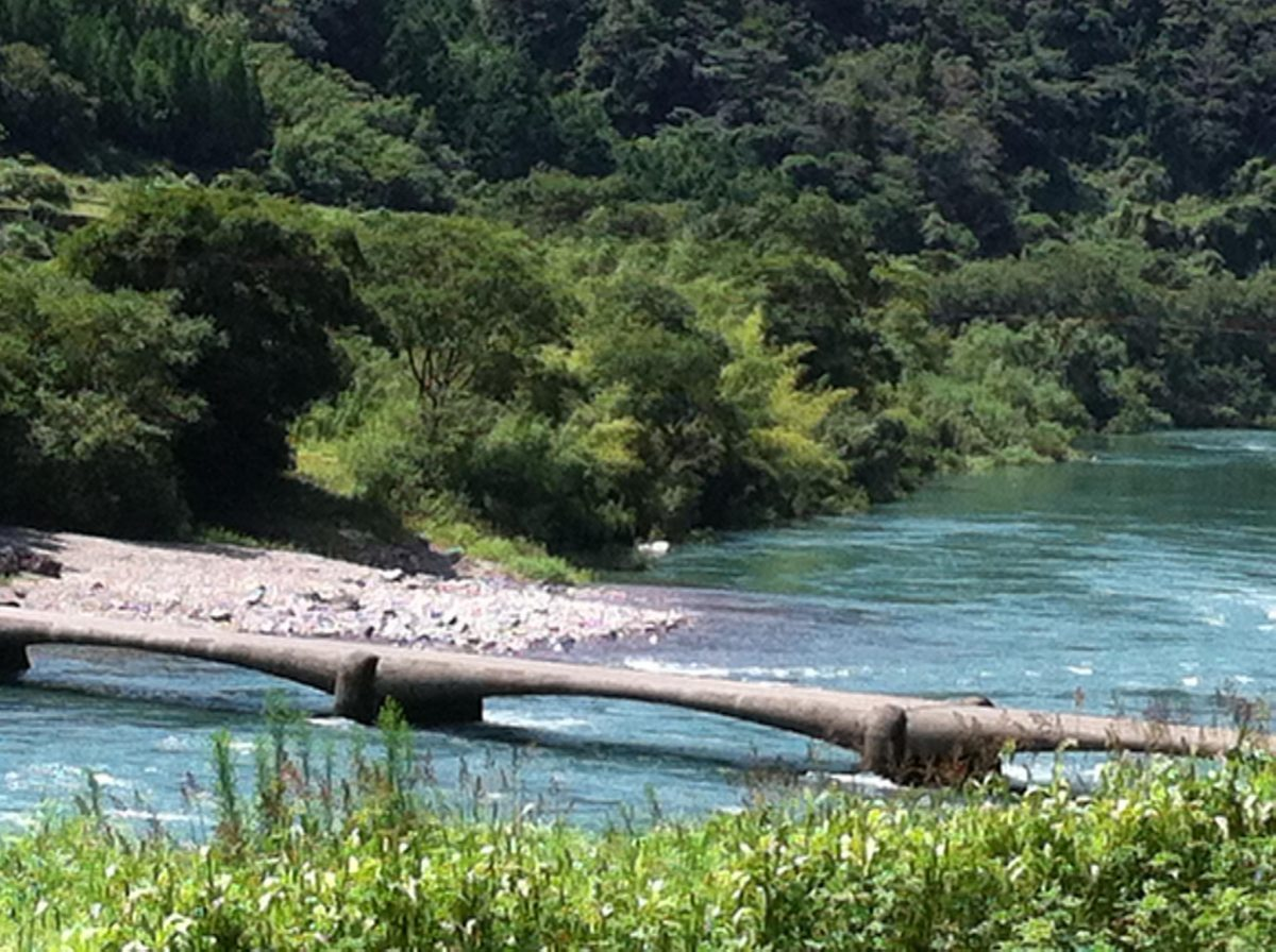 増水中の沈下橋