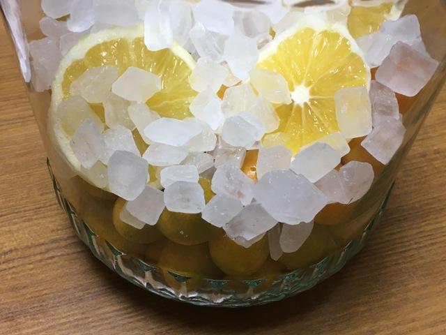 金柑や氷砂糖などを入れたビン